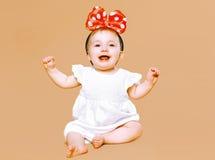 Positives reizend kleines Kind, das Spaß hat Stockfoto