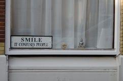 Positives windouw, denkend und lächelt stockbild