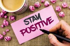 Positivo conceptual da estada da exibição da escrita da mão O texto da foto do negócio seja boa atitude motivado otimista esperan Imagem de Stock Royalty Free