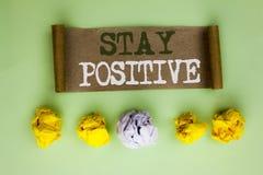 Positivo da estada do texto da escrita O significado do conceito seja boa atitude motivado otimista esperançoso inspirado escrito imagem de stock