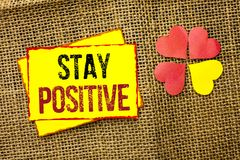 Positivo da estada do texto da escrita da palavra O conceito do negócio para seja boa atitude motivado otimista esperançoso inspi fotos de stock
