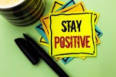 Positivo da estada da escrita do texto da escrita O significado do conceito seja boa atitude motivado otimista esperançoso inspir imagem de stock