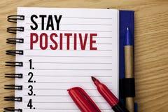 Positivo da estada da escrita do texto da escrita O significado do conceito seja boa atitude motivado otimista esperançoso inspir foto de stock