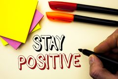 Positivo da estada da escrita do texto da escrita O significado do conceito seja boa atitude motivado otimista esperançoso inspir fotos de stock