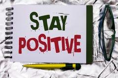 Positivo da estada da exibição do sinal do texto A foto conceptual seja boa atitude motivado otimista esperançosa inspirado escri foto de stock