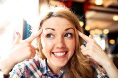 Positivo esperto novo que pensa o sorriso bem sucedido da mulher Fotos de Stock