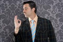 Positivo retro da aprovação do homem de negócios do homem do lerdo Imagens de Stock Royalty Free
