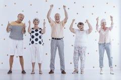 Positivt äldre folk i avgång arkivbild