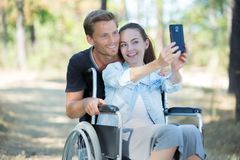 Positivt begrepp för handikapp med kvinnan på rullstolen royaltyfri fotografi