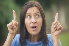 Positivt idérikt kvinnafinger upp utomhus- Arkivbilder