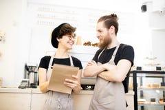 Positivt prata för coffee shopkollegor royaltyfri fotografi