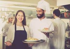 Positivt servitris och matlagninglag royaltyfria bilder