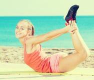 Positivt sportigt öva för kvinna Arkivbild