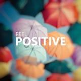 positivt tänka Färgrikt paraply för bakgrund Royaltyfri Bild