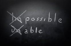 Positivt tänkande begrepp som är handskrivet på den svarta svart tavlan med M Arkivfoton