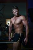 Posizione bella del tirante Bodybuilder Fotografie Stock Libere da Diritti