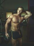 Posizione bella del tirante Bodybuilder Immagine Stock