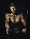 Posizione bella del tirante Bodybuilder Fotografia Stock