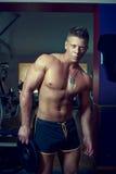 Posizione bella del tirante Bodybuilder Fotografia Stock Libera da Diritti