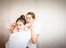 Posizione d'allungamento posteriore dello speciale tailandese di massaggio Fotografie Stock Libere da Diritti