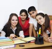Posizione degli allievi e dell'insegnante Fotografie Stock