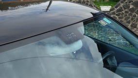 Posizione dei sensori della pioggia e della luce del parabrezza, tergicristallo di lusso dell'automobile, vetro tinto blu, vista  Fotografia Stock Libera da Diritti