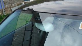 Posizione dei sensori della pioggia e della luce del parabrezza, tergicristallo di lusso dell'automobile, vetro tinto blu, vista  Fotografia Stock