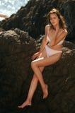 Posizione del modello di modo sexy all'oceano Fotografia Stock