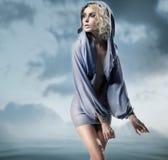 Posizione della donna di fascino Fotografia Stock