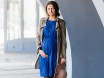 Posizione della donna incinta fotografia stock libera da diritti