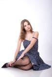 Posizione della ragazza in studio Fotografie Stock Libere da Diritti