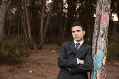 posizione della sosta della foresta dell'uomo d'affari distesa Immagini Stock