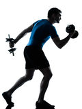 Posizione di forma fisica di addestramento del peso di esercitazione dell'uomo Immagine Stock