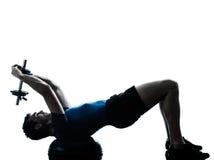 Posizione di forma fisica di addestramento del peso di esercitazione dell'uomo Fotografia Stock Libera da Diritti