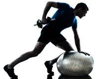 Posizione di forma fisica di allenamento di addestramento del peso di esercitazione dell'uomo Fotografia Stock Libera da Diritti