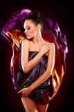 Posizione di modello di modo della ragazza sexy sensuale del brunette Fotografie Stock