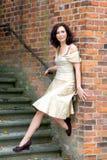 Posizione di modello graziosa in una sosta Fotografie Stock