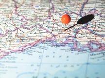 Posizione di Nimes Francia appuntata sulla mappa di itinerario Fotografia Stock