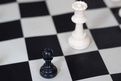 Posizione di scacchi con la regina ed il pegno, gioco medio fotografie stock