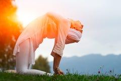 Posizione di yoga in prato Immagine Stock