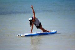 Posizione di yoga sul surf Fotografia Stock Libera da Diritti
