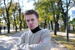 Posizione esterna del ritratto dell'uomo casuale giovane fotografia stock libera da diritti
