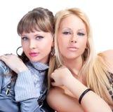 Posizione graziosa delle due una giovane donne Fotografia Stock