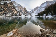 Posizione, lago Braies - Italia - riflessione fotografia stock