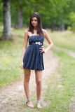Posizione latina attraente della ragazza esterna Fotografia Stock Libera da Diritti