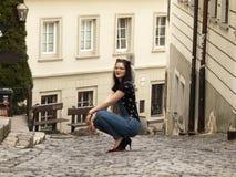Posizione piacevole della ragazza Fotografie Stock Libere da Diritti
