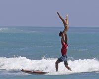 Posizione praticante il surfing in tandem Fotografie Stock Libere da Diritti