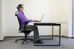 Posizione seduta corretta al computer portatile Immagini Stock