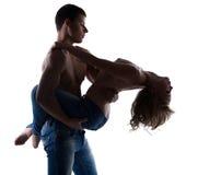 Posizione sexy delle coppie topless nella siluetta dei jeans Fotografie Stock Libere da Diritti