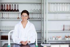 Posizione sorridente dello scienziato Immagine Stock Libera da Diritti